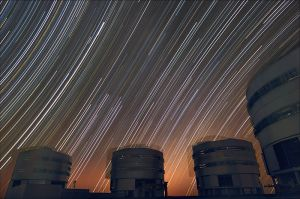 800px-Trailing_stars_above_Paranal